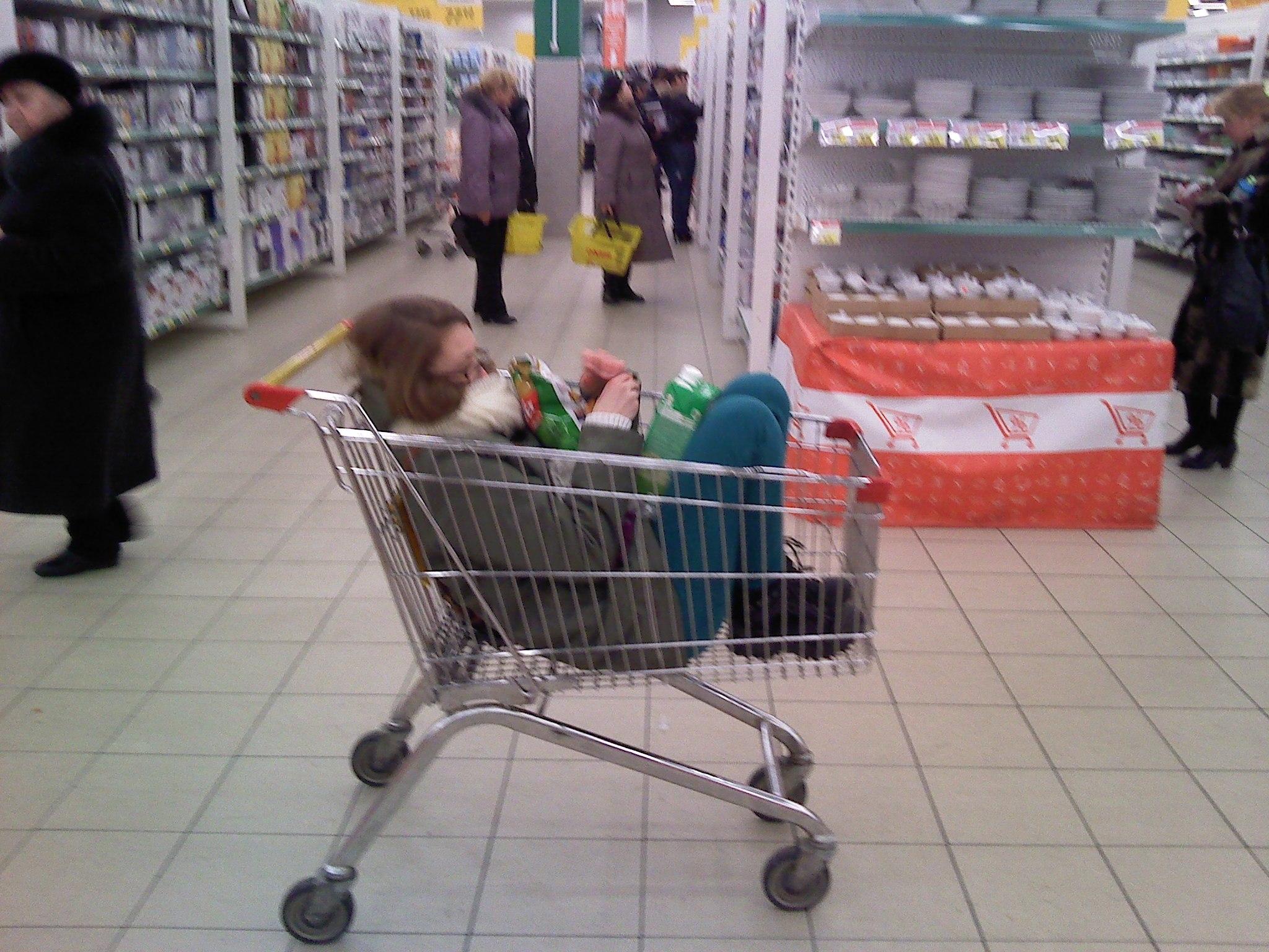 Девушка в корзине для продуктов фото