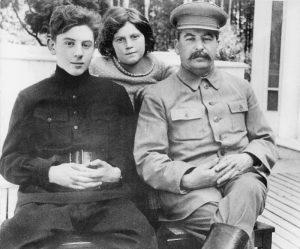 На фото: Иосиф Сталин с детьми Светланой и Василием