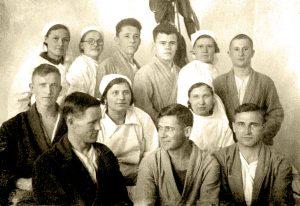 Раненые эг 1247 и врач Стесюк З.П (в центре) перед отправкой на фронт 1942 г.