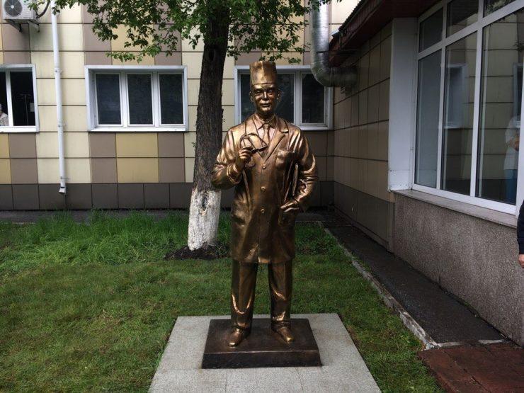 В Новокузнецке установили памятник врачу
