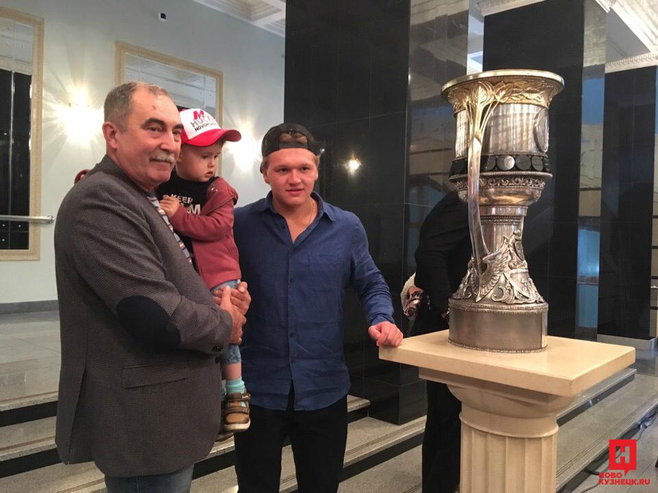 Известные хоккеисты привезли вНовокузнецк Кубок Гагарина